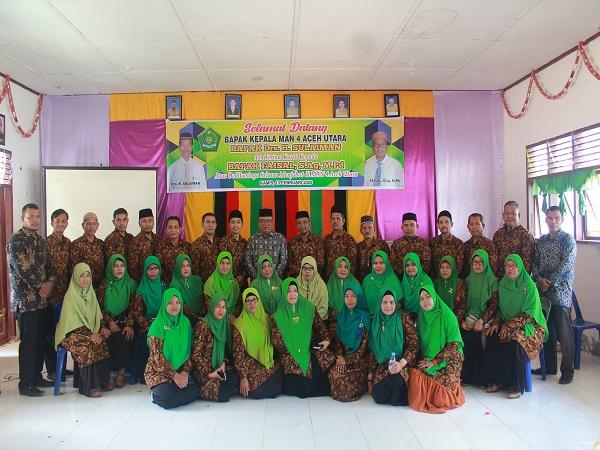 Kepala Madrasah bersama Guru dan TU